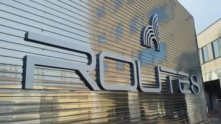 ROUTE8ロゴ看板