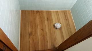 トイレ内塩ビタイル貼り