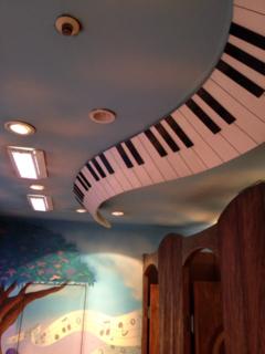 天井にピアノ装飾